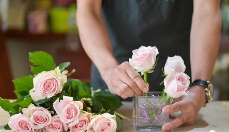 Mộng thấy đang cắm hoa bị vỡ bình là điềm báo may mắn.