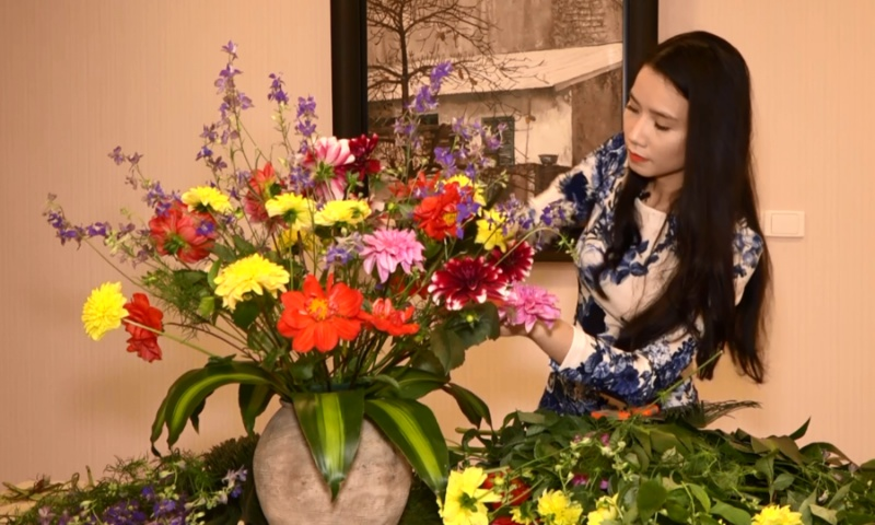 Cặp số 84 - 14 sẽ mang lại may mắn cho các lô thủ khi mộng thấy đang cắm hoa cùng em gái.