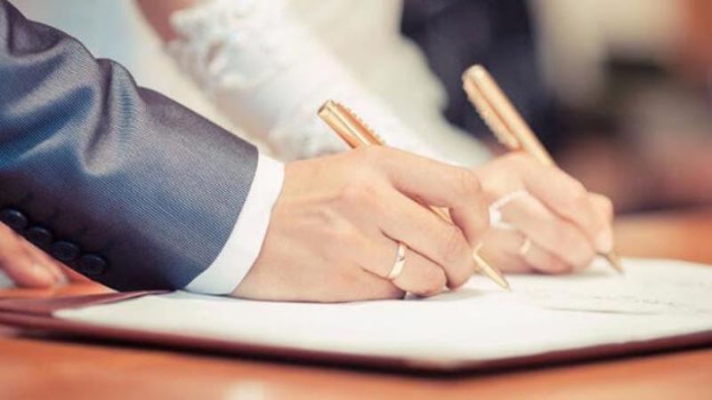 Mơ thấy đi đăng ký kết hôn là điềm báo vui vẻ trong cuộc sống của bạn.