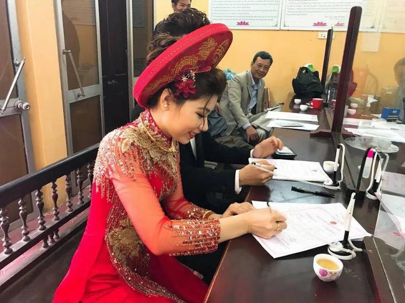 Mơ thấy đi đăng ký kết hôn bị ngã xe chốt ngay cặp 23 - 19.