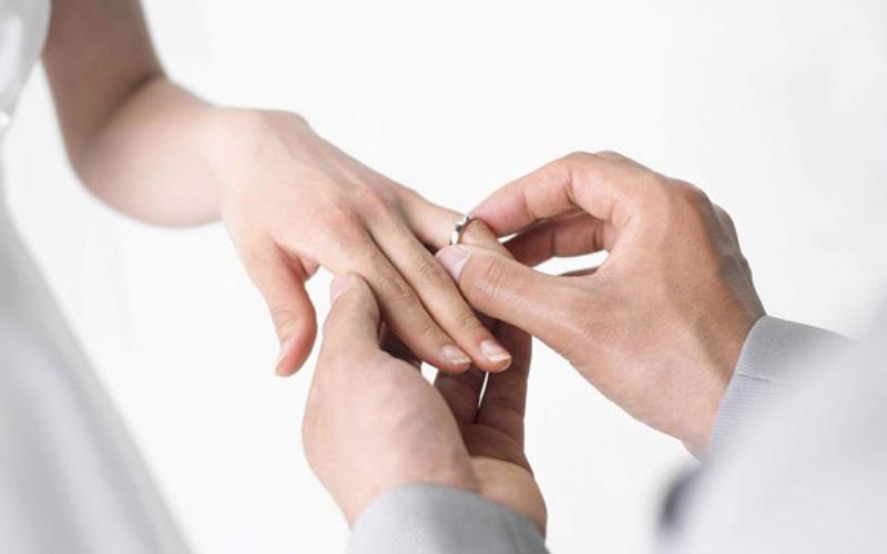Mộng thấy chú rể trao nhẫn cưới cho cô dâu