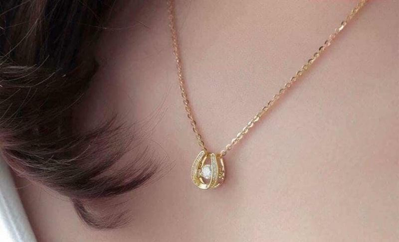 Giấc mơ thấy dây chuyền vàng thường mang đến nhiều sự tài lộc, giàu sang của gia đình hoặc chính chủ mơ