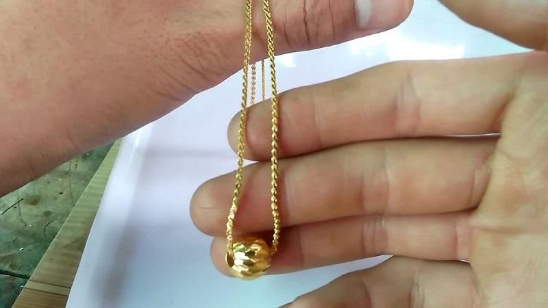 Mộng thấy dây chuyền vàng đang được đánh bóng